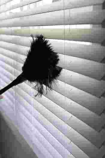 毎日のホコリ落としなら、羽根ブラシもおすすめです。サッと撫でるだけできちんとホコリが取れますよ。ブラインド以外にも使えて便利です。