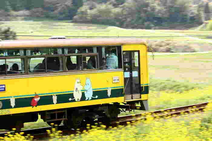 車窓から眺める渓谷や田園風景がムーミン谷に似ていることから、2009年10月より『ムーミン』キャラクターをペイントした「ムーミン列車」の運行をスタート。 現在は鉄道ファン以外にも、女性や子どもからも愛される路線となっています。