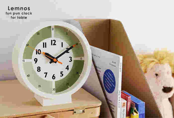 Lemnosの「ふんぷんくろっくwith color for table」は、15分ずつ4コマに色分けしたり5分刻みで数字が描かれた、お子さんに分かりやすいデザインの時計。1488色から選び抜かれたカラーは、全4色。付属のパーツを外すと、掛け時計としても使えます。