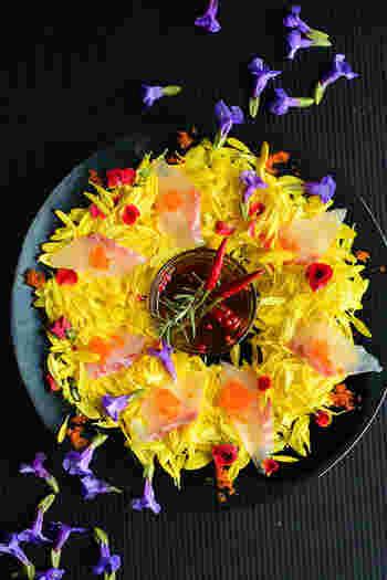 同じ鯛と食用菊でも調理法でこんなに印象が変わります。菊以外のエディブルフラワーが手に入れば、食卓にお花畑が演出できます。鯛の他にもホタテなどでもおいしく作れますよ。