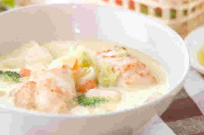 白菜や大根など冬の野菜と鶏肉を、スープと生クリームでコトコト煮込んで作る、基本のクリーム煮です。鶏肉はこちらのレシピのように、胸肉でも美味しく作れます♪