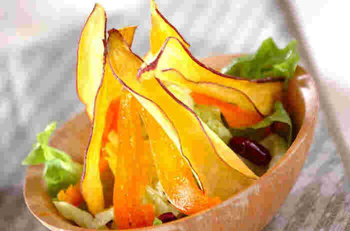 縦に薄くカットして、きつね色になるまで揚げたさつまいもとオレンジパプリカの彩りが鮮やかなサラダ。パリパリの食感のさつまいもとレタスや水煮のキドニービーンズとの食感も抜群で、つい手がとまらなくなりそう。