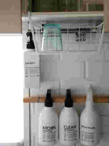 吊り戸棚を利用して引っ掛けるハンギングラック。 空間を有効に使えるうえ、完全に乾くまでの仮置場として、または使用頻度の高いグラス置き場としても便利です。