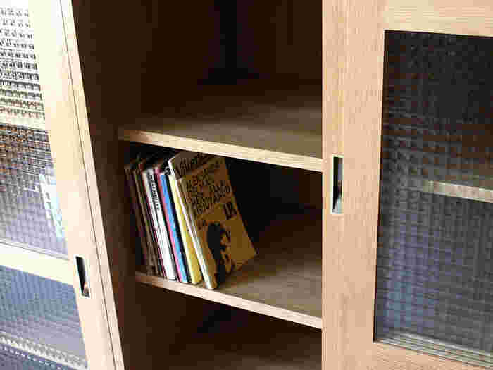 引き戸は、扉を左右にスライドさせることで開閉します。扉が手前に出てこないため、スペースをあまり取らなくても済むのがメリット。リビングボードの前が狭くても開閉することができ、ものを出し入れすることが可能です。 そして両開きタイプのものは、大きな間口を得られることが魅力的。ものを出し入れするのも簡単に行えます。ただその分、扉が開くためのスペースを確保する必要があるため、他に置いてある家具とぶつかることがないかなどの注意が必要です。置き場所を事前に想定し、扉の開閉がスムーズに行えるものを選びましょう。