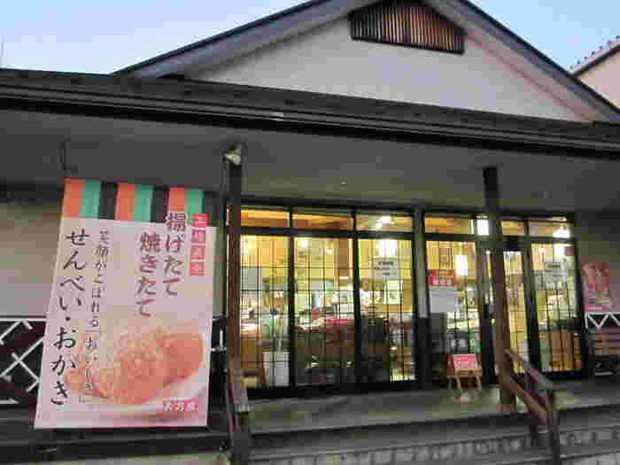 JR中央線の立川駅からタクシーでも30分と少しアクセスしにくい場所にありますが、毎日たくさんの方が訪れている「天乃屋東京工場直売店」。あの有名なお煎餅の工場に併設している直売店です。