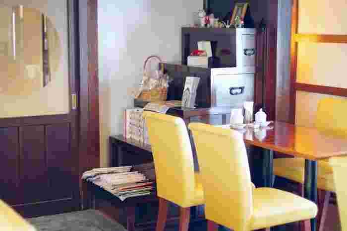明治時代に建てられた蔵は、欄間の装飾が美しく惚れ惚れとしてしまいます。時代を感じさせる階段箪笥が味わい深い。大人レトロを満喫できる静かなお店ですよ。