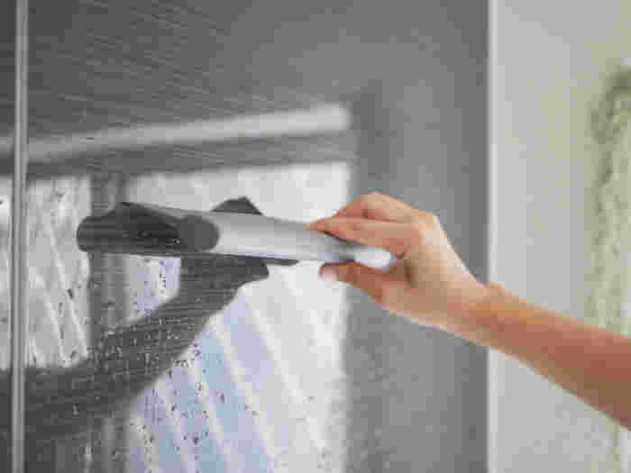 バスルームの水垢やカビの原因になる水滴も入浴後のひと手間で、スキージーでしっかり水切りをしておけば清潔を保つことができるんです。しなやかなシリコン製ワイパーは壁際にフィットし、使い心地が良くスッキリ水滴を取ってくれます。