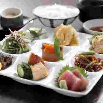 松玄御膳「花凛」1030円(平日)は、1日20食限定のランチ。 和の職人が作ったこだわりの料理は、色鮮やかな見た目と、男性にも十分なボリュームで大人気◎