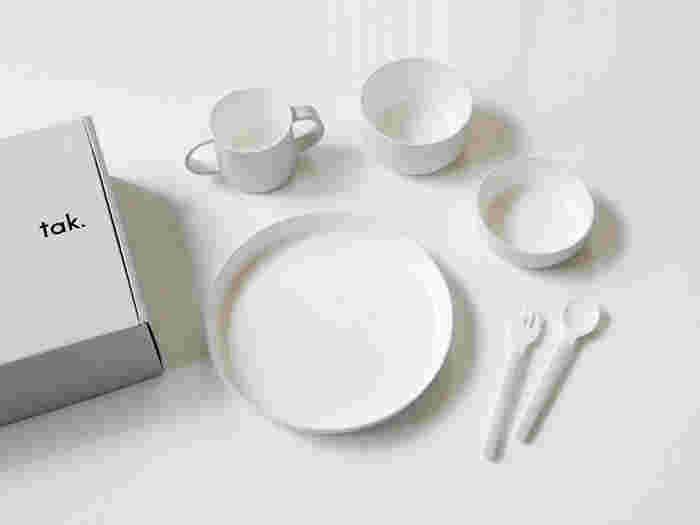 シンプルな形と使いやすい大きさで、離乳食開始から長く使える食器セット。日本製の「tak.」というブランドのものです。プラスチックにウレタン塗装が施されており、やさしい口当たりと丈夫さも特徴のひとつとなっています。