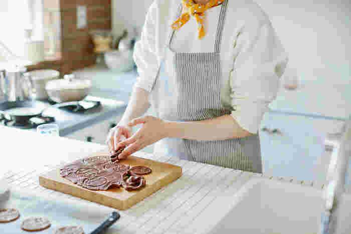 フローラの布を首に巻いてみたら、気分はすっかりカフェ店員。お菓子作りが苦手な人でも、これなら楽しくクッキー作りができそうですね。