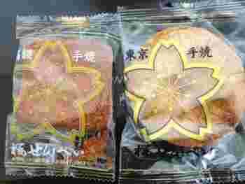 東京を離れると、なかなか巡り合うことができない強烈な歯ごたえのお煎餅。お土産に購入する人も多いですが、割れせんべいやおかきなどのおまけもつけてくれるので、買い物した後は心までほっこり♪