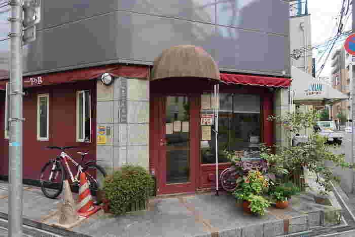 """大阪を南北に走る大きな通りから、少し西へ外れた住宅街にある""""小さな名店""""『ブランジュリ P&B』。"""