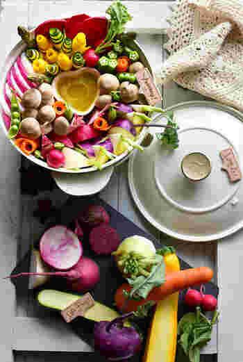 バーニャカウダソースの周りに野菜をリースのように盛り付けていく「リースバーニャカウダ」。人参やラディッシュ、ズッキーニなど色鮮やかな野菜をたっぷりと使うと、一気におしゃれに♪バーニャカウダソースをつけて食べたら、野菜がモリモリ食べられちゃいます。