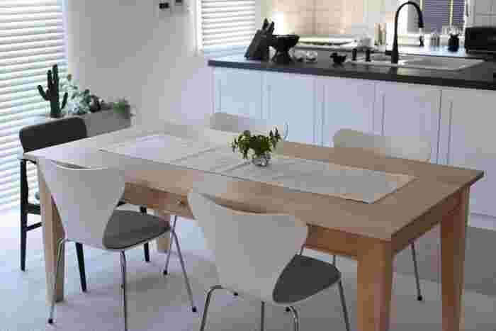 テーブルクロスは大きすぎて使いこなせない…という方は、細く敷くことができる「テーブルランナー」を取り入れてみてください。ダイニングテーブルの素材感を生かしながら、食卓の雰囲気を変えられるファブリックです。