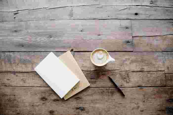 メールやSNSで誰とでも気軽に繋がれるようになった時代。手書きのメッセージはなかなか書かなくなった…という方も多いのでは。でも、やはり直筆の「手紙」は何物にもかえがたい心を伝えるツール。ゆったりとした夜の時間には、大切な人へ「手紙」を書いてみませんか。