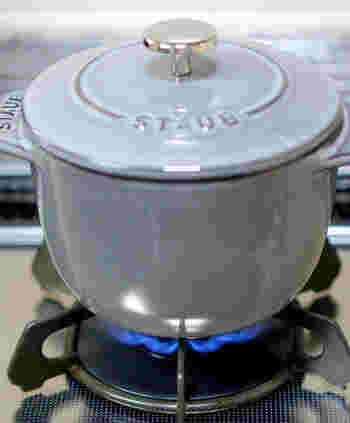 鋳物(ホーロー加工)のココット鍋は、直火・オーブンもOKで、IHにも対応します。使い方のバリエーションに富み、本格的な料理が楽しみたい方におすすめです。