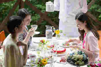 ラウンジで過ごすフルールステイスタイルのおもてなし。ナチュラルで可愛らしい花たちを使ったテーブルコーディ―ネートに憧れますね。
