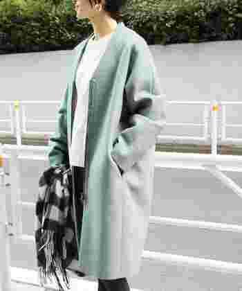 淡いグリーンのコート自体を主役にするために、他は全てモノトーンに統一。そのおかげで中途半端な可愛さが払拭され、大人可愛いコーデへと進化します。