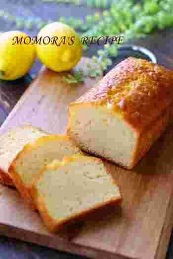 ホットケーキミックスを使って、混ぜるだけで簡単に作れるヨーグルトのパウンドケーキ。レモンが入って爽やかです。普段のおやつに良いですね。