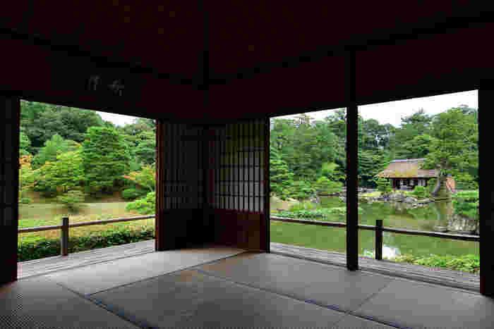 【日本庭園の傑作として名高い「桂離宮」は、江戸初期に造営された皇族の別邸。広大な庭園は、池泉回遊式で、園内には四つの茶室がある。】