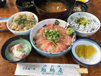 金目鯛の漬け丼や、金目鯛の煮付け、お刺身定食など伊豆らしい海の幸を堪能できます。
