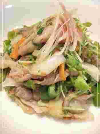 シンプルな肉野菜炒めにみょうがを入れることで、味・見た目・食感、すべてにいいアクセントが生まれます。時間がないときにもすぐ作れる簡単さもいいですね。