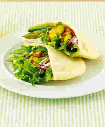 そら豆で作ったチリコンカンをピタパンに詰め込んで。スパイシーで大人好みの味です。ピクニックにでも出かけたくなるような、心華やぐ春色サンドですね♪
