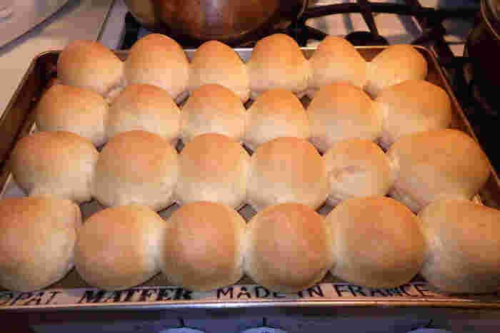 今回は、ホットケーキミックスで作れる『ちぎりパン』のレシピをご紹介します。 イーストも発酵もオーブンもいらないレシピがたくさん。それでもとってもふわふわに焼き上がるんですよ♪ぜひレシピを参考にして、アレンジして楽しみましょう!