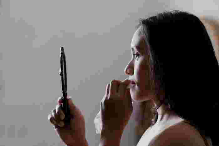 また、スキンケアアイテムをハンドプレスで馴染ませてもベタつきを感じる場合には、ティッシュやコットンを顔に優しく押し当てて油分を取り除きましょう。化粧水や乳液が十分に浸透したお肌は、化粧のノリがよく、メイクが崩れにくくなります。