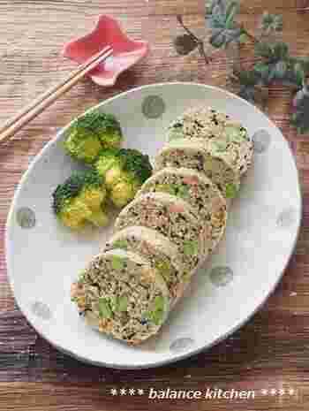 こちらは、鶏ひき肉におからパウダーを加えて作る和風ミートローフ。レンジで加熱する簡単お手軽レシピになっています。 しっかりした味が付いているのでお弁当のおかずにもぴったりですね。