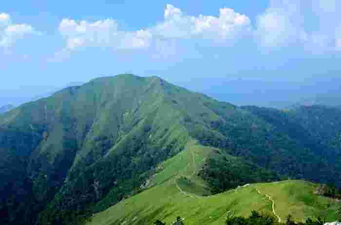 日本が誇る名山のひとつ、「剣山-つるぎさん-」。 登山者にも人気の山で、山頂からは瀬戸内海が見渡せます。
