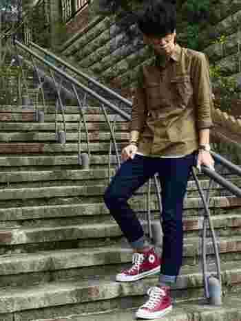 靴や帽子、ソックスなどの小物もカラーを取り入れやすいアイテムのうちのひとつ。レッドでも落ち着いたボルドーなら大人の男性でも気にせずに履けるはず。