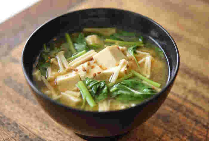 えのきとモロヘイヤ、トロトロコンビのコラボレーション。つるっとした豆腐の食感ともよく合います。栄養満点な味噌汁は体が喜ぶご馳走です。