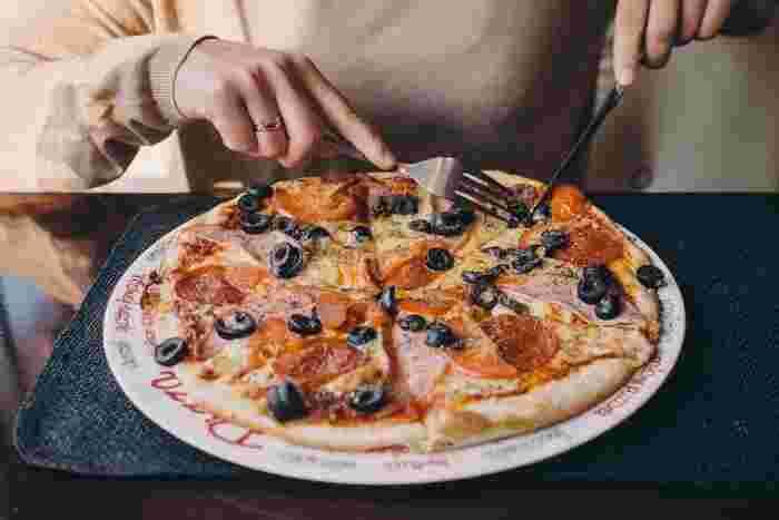 ペパロニやオリーブ、玉ねぎをトマト缶で煮込んだものをブレッドボウルに入れ、チーズをかけて焼けばピザ風の一品に。