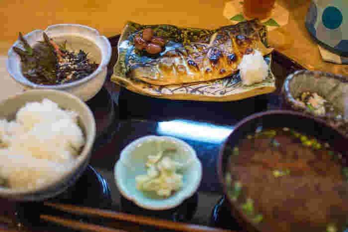 定食は刺身定食、焼魚定食など、種類豊富。このように、じっくり丁寧に焼き上げた塩サバの定食も。ごはんが進みそうですね。小鉢や香の物が付いてくるのも定食屋さんならでは◎
