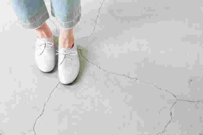 「散歩する、ブラブラ歩く」という意味を持つシューズブランドramble(ランブル)。厳選された素材を使用し、履き心地の良さ、足あたりの良さを追求したシューズを、日本の職人が一点一点丁寧に生産しています。 足をやさしく包み込んでくれるようなレースアップシューズは、シワ加工が施された柔らかなシュリンクレザーを使用。 丸みのあるプレーントゥでありながら、すっきりとしたフォルムで、パンツやワンピースなど幅広いスタイルに似合います。