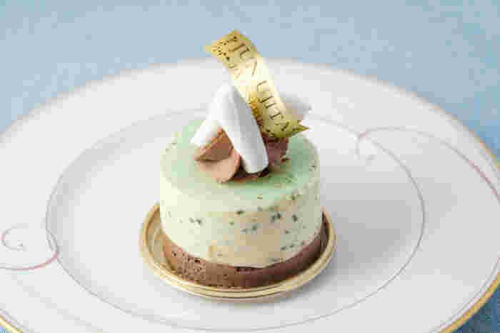 洗練されたお店には、生菓子から焼き菓子まで様々なスイーツが揃っています。美しいケーキも多いですが、上品さを失わず大人が満足できるケーキが特徴的です。持ち帰る場合は30分以内、と時間が決まっている「タルトカフェ」など話題の商品も多く、夕方には品揃えも少なくなる程の人気店です。