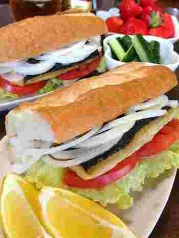 スライスしたトマトや玉ねぎを挟んで、野菜もしっかり摂れるサバサンド。本場トルコ同様、レモンをたっぷり絞って食べるのがポイントです。
