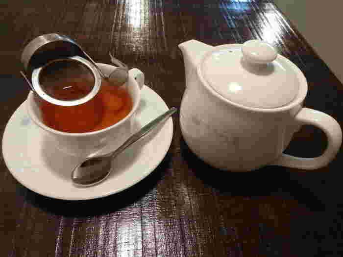 オリジナルのティーポットとティーカップで、まったりとしたお茶の時間を楽しむことができます。