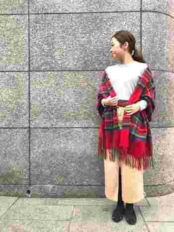 ユニクロのグレーセーターに、ベージュのタイトスカートを合わせたベーシックなコーディネート。赤チェックのカシミヤストールをサッと羽織るだけで、デイリーコーデのおしゃれ度がグッと高まりますね♪