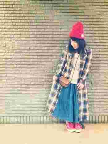 ワイドパンツにロングシャツスカートを羽織りとして取り入れたコーディネート。赤とブルーの組み合わせが春らしいですね!