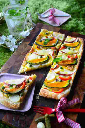 冷凍パイシートを使って、所要時間30分以内でできちゃうピザ。ヘルシー食材のかぼちゃがおいしく食べられそう。