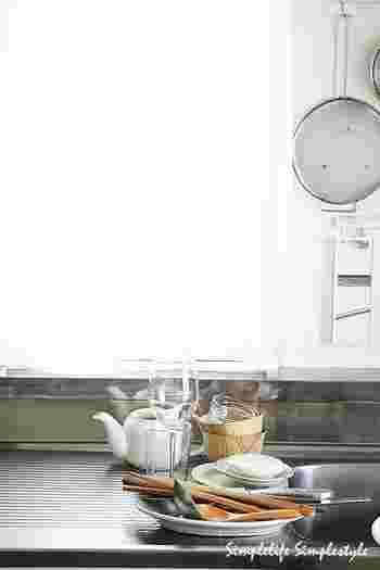 """かご・マット・布巾などで洗い物の水切りをするのは、どうしても一手間かかるもの。そこで、""""水切りしない""""という潔い決断をされた方もいらっしゃいます。"""