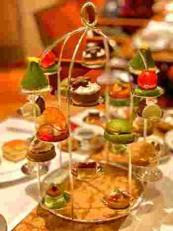 こちらでは3段のティースタンドに上品に盛られた、こんなにかわいいクラシックアフタヌーンティー。クリスマスにはもみの木のケーキなど、季節に合わせてメニューが変わるので、訪れるたびに新しい発見が♪