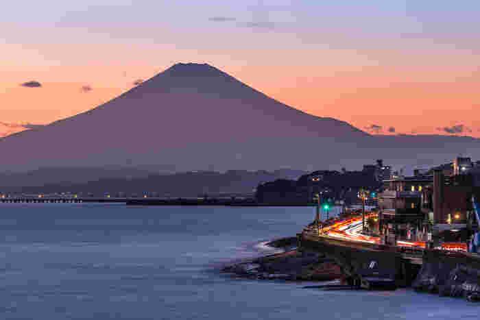冬の鎌倉の夕焼けは燃えるような赤い太陽がとっても印象的。今年最後の思い出に、壮大な夕日を見ながらゆったり温泉も良いものですよ♪