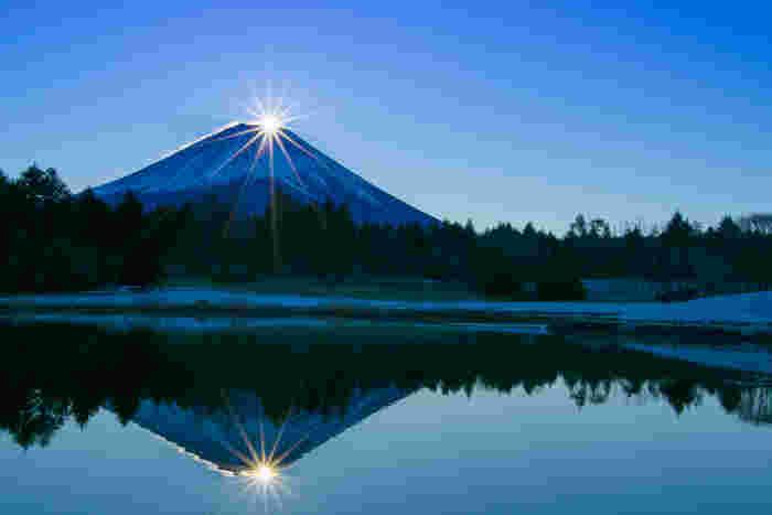 澄んだ空気と豊かな大自然を堪能できる富士五湖の魅力をご紹介しました。 これからのシーズンは紅葉も楽しめ、晴れた日はお昼には壮大な富士山の姿が、夜には満点の星空が楽しめます。都心から約2時間の富士五湖で癒しの旅を堪能してください。
