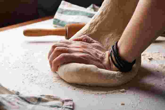 初めて作る時はドキドキ。パンのこね方をしっかり確認してから始めましょう。