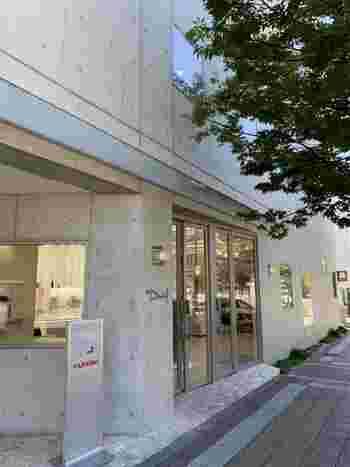 JR甲南山手駅近くにあるDaniel(ダニエル)本店。コンクリート打ちっぱなしのシンプルな外観です。この他、JR大阪駅直結のルクアや阪急芦屋川駅近くにお店があります。