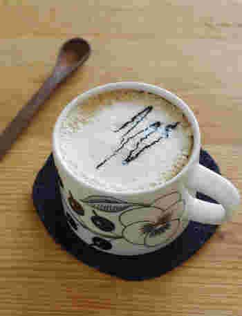 豆乳で作るカフェオレに黒練りごまを垂らした、香ばしいドリンクです。コーヒーは濃いめにするのがおすすめだそうですよ。甘みを黒糖や蜂蜜にしても風味が変わるので、いろいろ配合を試して好みの味を見つけるのも楽しいと思います。