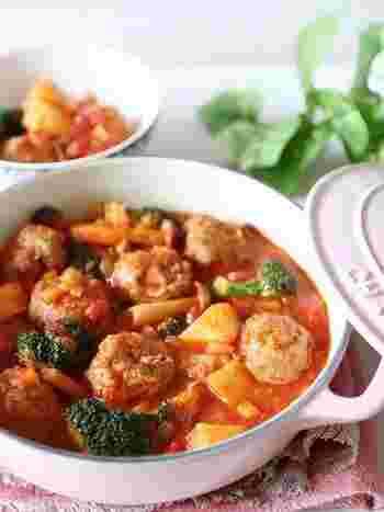 ボリューミーなミートボールのトマトシチュー。こちらのレシピでは、隠し味として砂糖のほかに、トマトと相性のいいウスターソースを少し加えてスパイシーなコクをプラスしています。